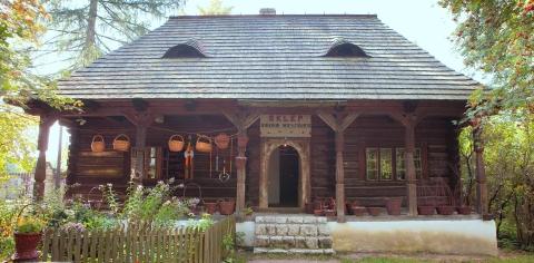 Drewniany dom z podcieniem, czyli otwartym na zewnątrz pomieszczeniem w dolnej części budynku.