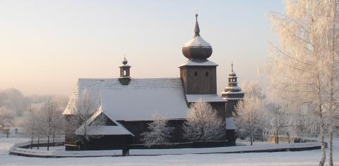 Kościół z Ryczowa z widoczną wieżą o charakterystycznym, cebulastym kształcie.